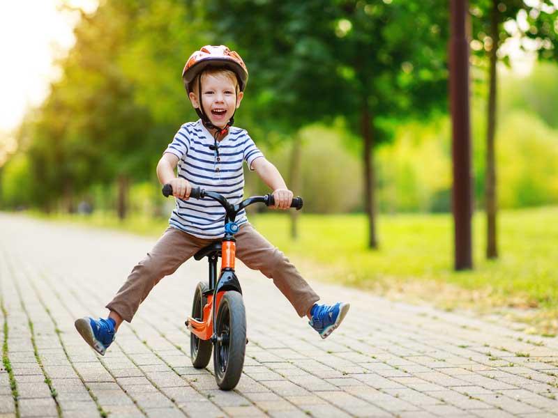 La felicidad de un niño sobre una bicicleta para el solo